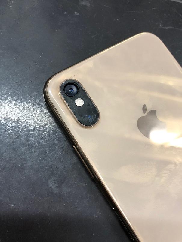 iPhoneXSのカメラレンズ割れです。
