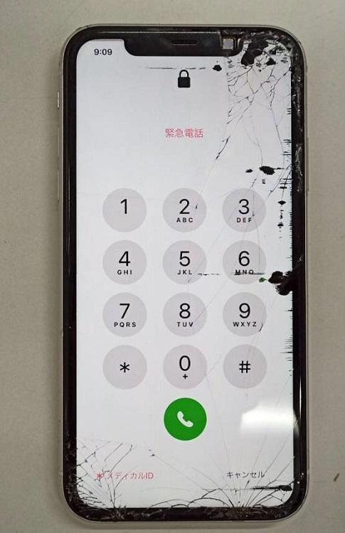 画面も割れ液漏れを引き起こしているiPhone11画像