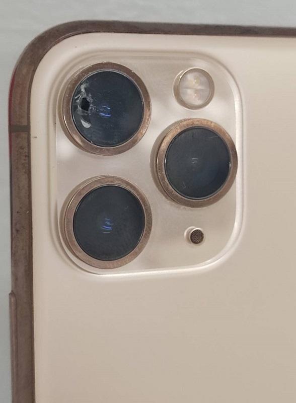 外側カメラのガラスが割れたiPhone11Pro画像
