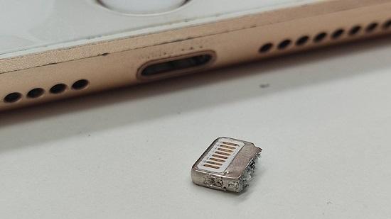 iPadの充電口から取り出された充電ケーブルの先とiPadの画像